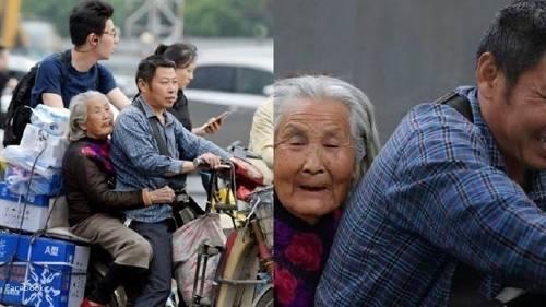 Este hombre lleva a su madre anciana cada día al trabajo para poder cuidar de..