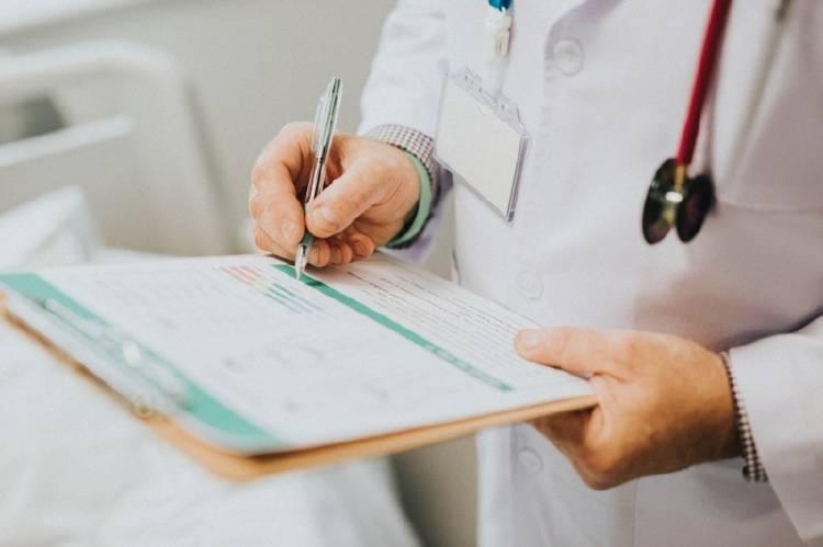 Un médico con una planilla en la mano