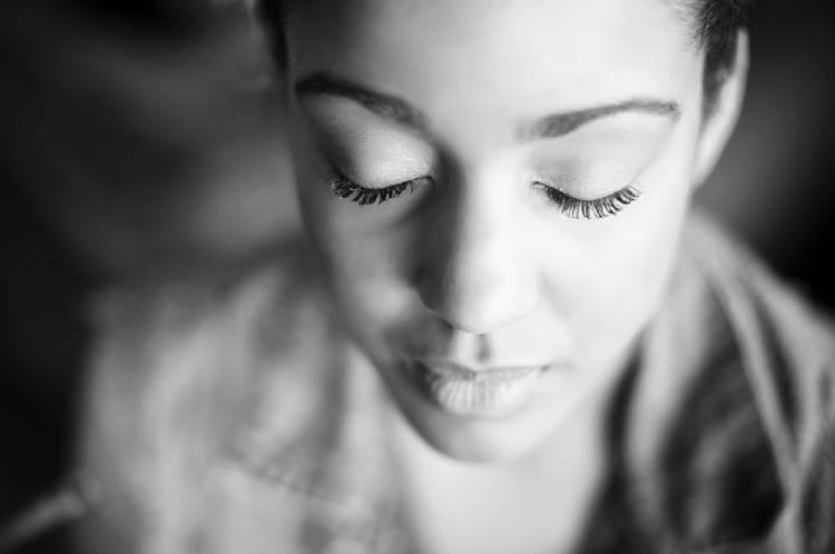 El rostro de una mujer meditando