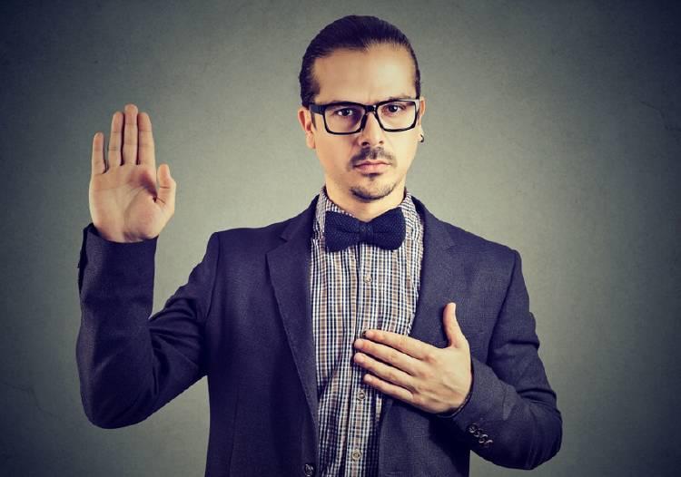 hombre haciendo promesa juramento