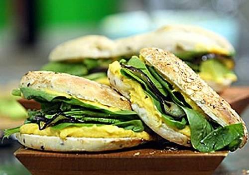 Sándwich de palta, espinaca y aderezo de calabaza