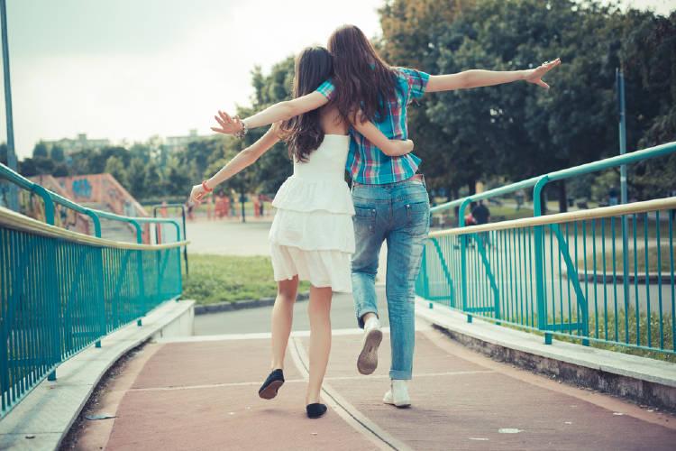 amigas caminando abrazo