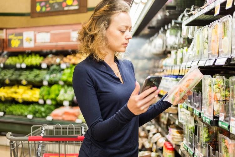 mujer compra supermercado