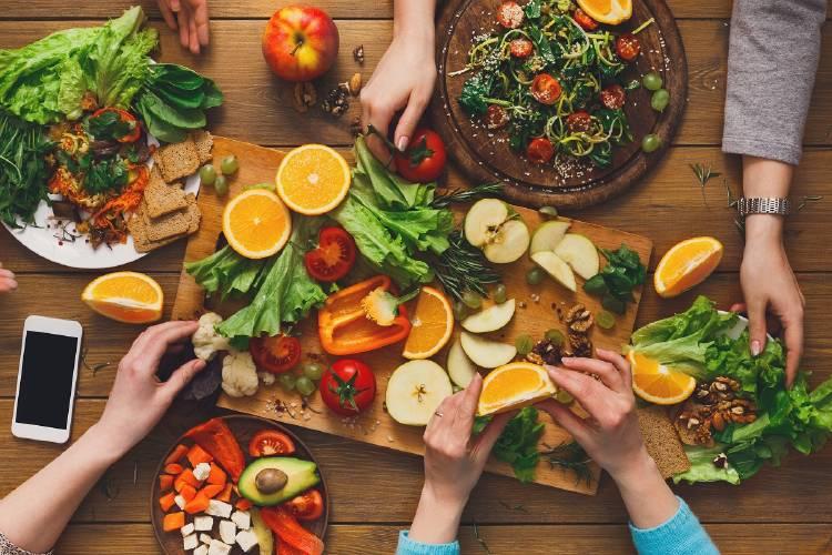 Personas tomando frutas y verduras