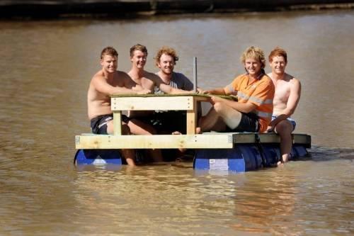 Cómo construír una mesa-bote flotante con tambores de plástico