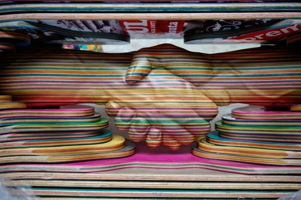 Este artista transforma las tablas de skate rotas en verdaderas obras de arte