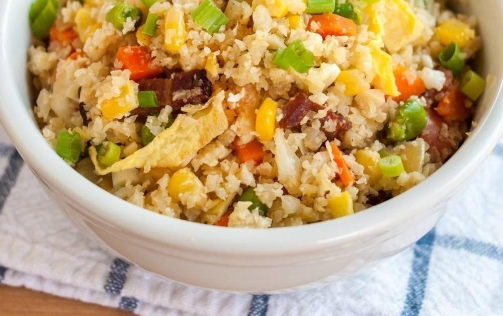 Falso arroz de coliflor con salteado de vegetales
