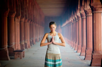 mujer en postura de yoga en un centro espiritual en india