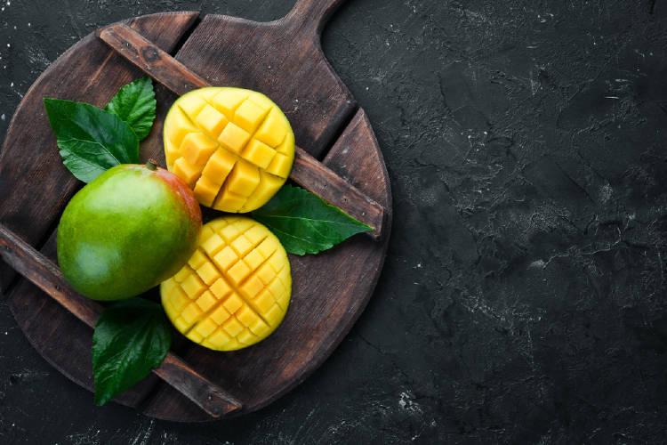 Un mango rebanado sobre una tabla de madera