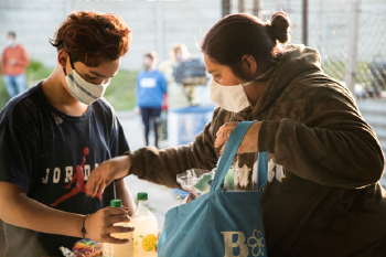 voluntarios con donaciones de alimentos
