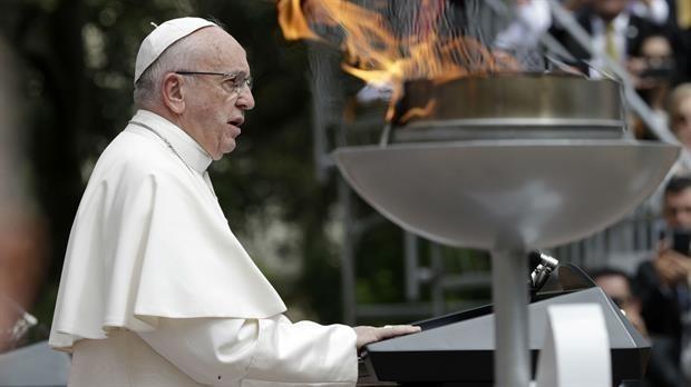 Frente varias parejas que cumplían 50 y 25 años de casados, el papa dedicó su homilía matutina al matrimonio