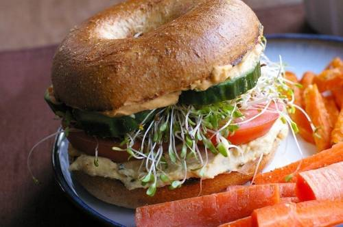 Sándwich integral con hummus casero y vegetales