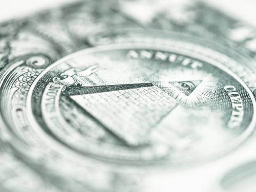 La verdad tras el triángulo con un ojo que aparece en los billetes de un dólar