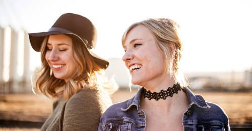 dos amigas fashion riendose y pasando un buen momento al aire libre