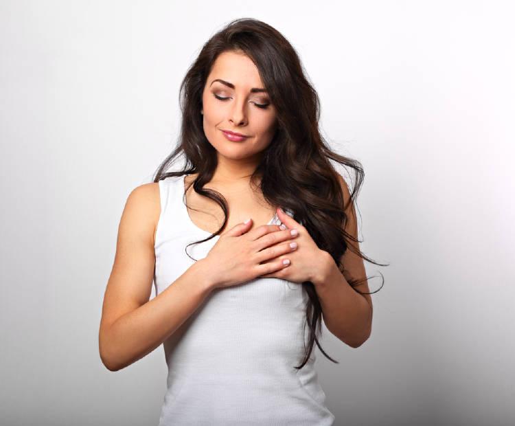 Una mujer con las manos sobre su corazón