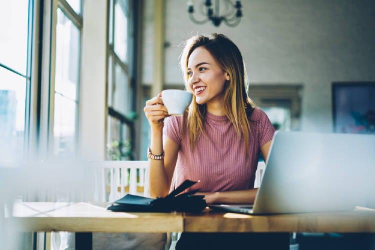 mujer bebe cafe