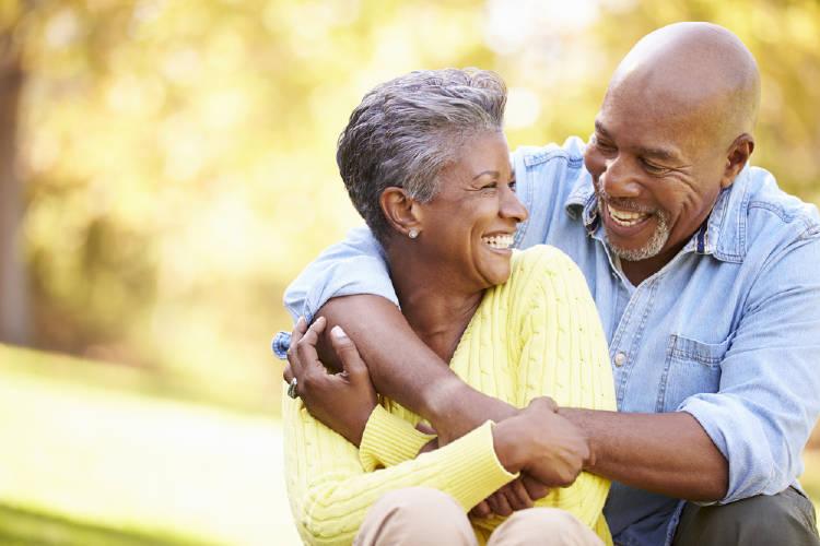pareja mayor negra sonriente