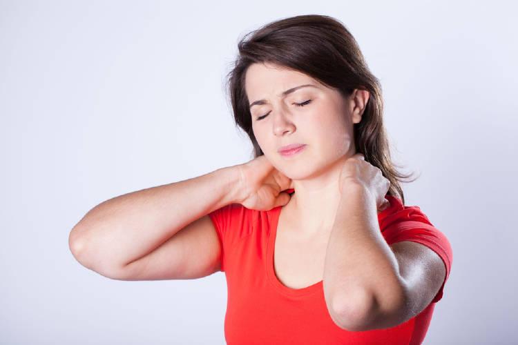 mujer dolor cervical cuello