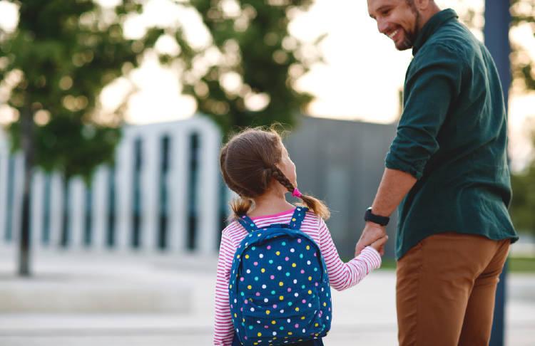 Un padre lleva a su hija al colegio
