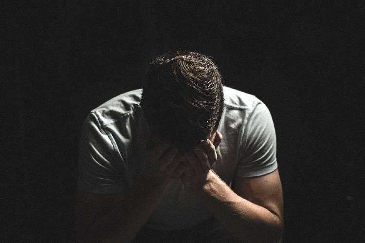Un hombre llorando