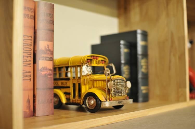 Una miniatura de un autobus en una biblioteca