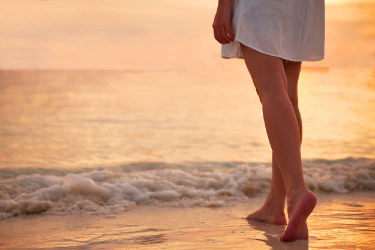 pies en el mar