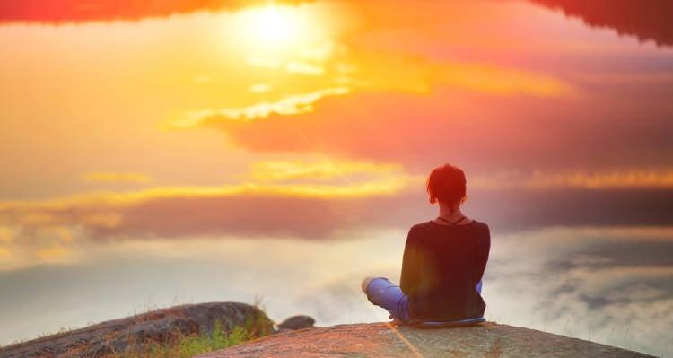 Mujer viendo el amanecer demostrando su fuerza interior
