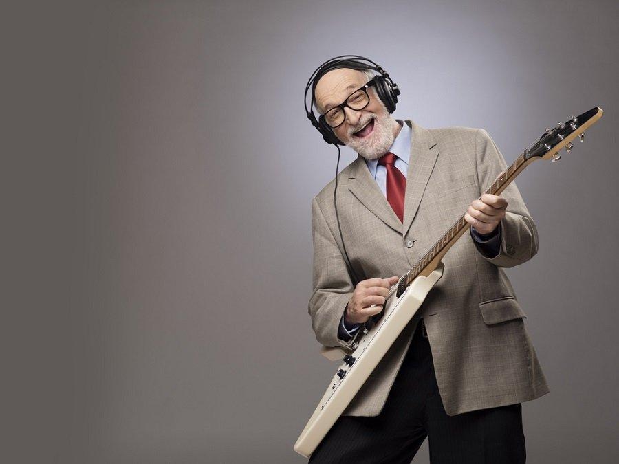 hombre mayor musica guitarra