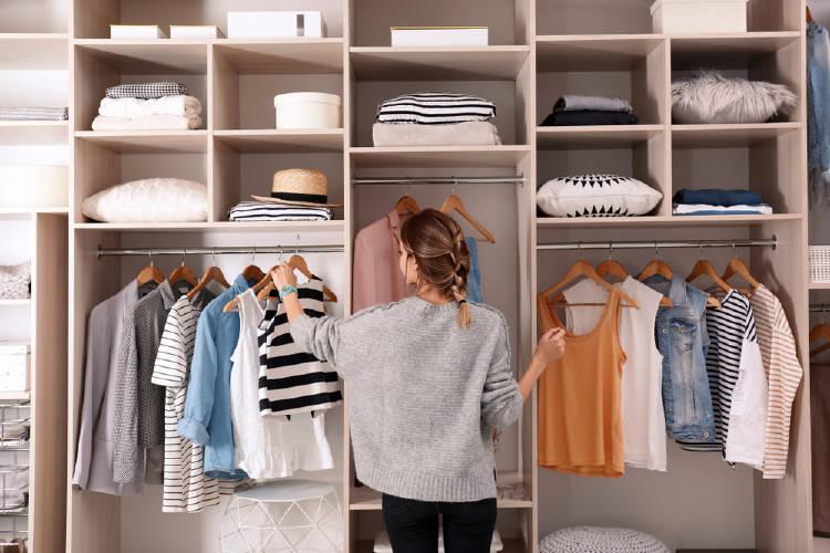 Mujer revisa la ropa de su armario