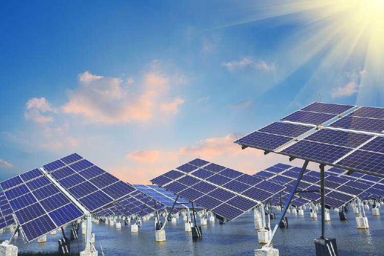 paneles de energia termosolar en una central termica