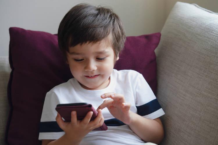 niño usando smartphone telefono inteligente