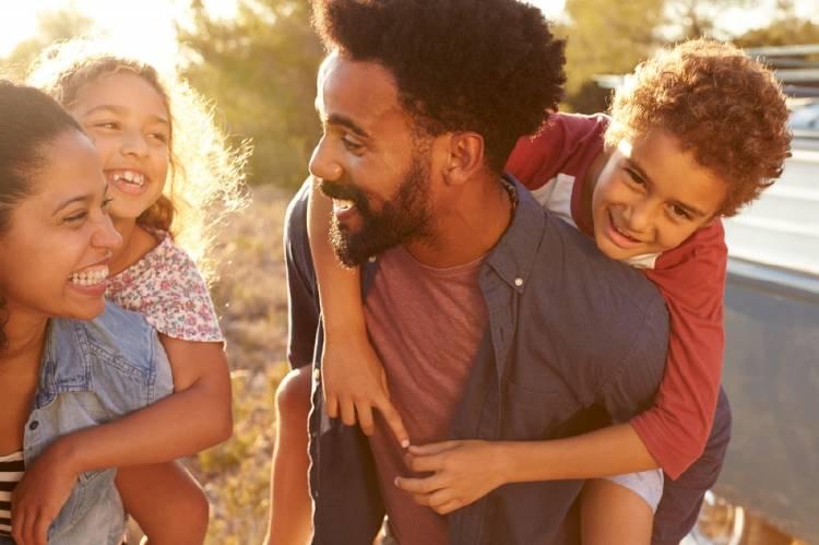 Un padre de familia compartiendo tiempo con sus hijos