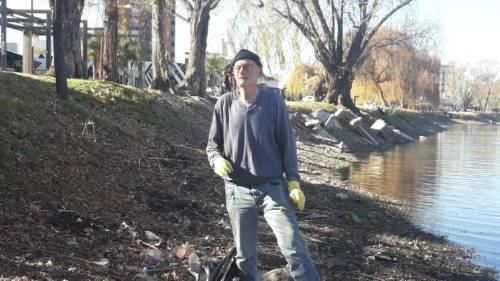 Pidió ayuda a sus vecinos para limpiar un lago. Nadie lo ayudó, ¡entonces lo hizo solo!