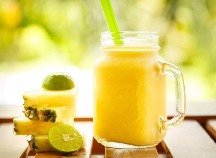Un vaso de smoothie de piña y lima