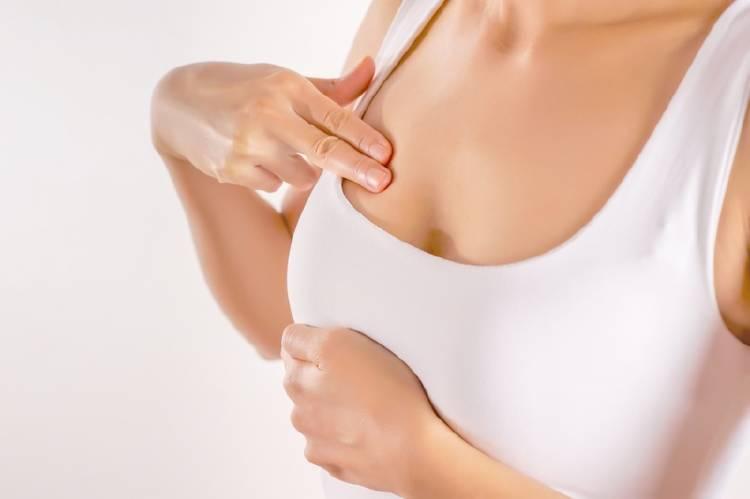 Mujer haciéndose un examen mamario