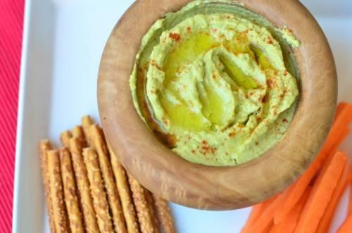 Delicioso hummus con aguacate
