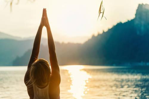 Una mujer practica yoga al aire libre