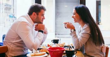pareja tomando una merienda en una cita