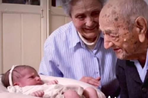 El mensaje de un hombre de 112 años a una recién nacida