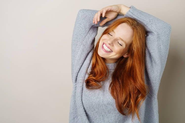 chica feliz sonrie minimalismo