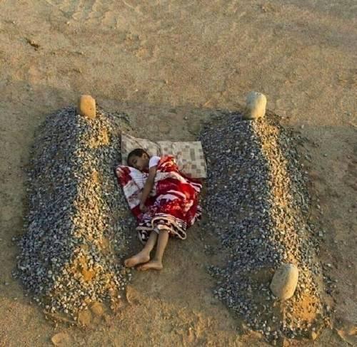 La verdad sobre la foto del niño sirio durmiendo entre dos tumbas que se volv..