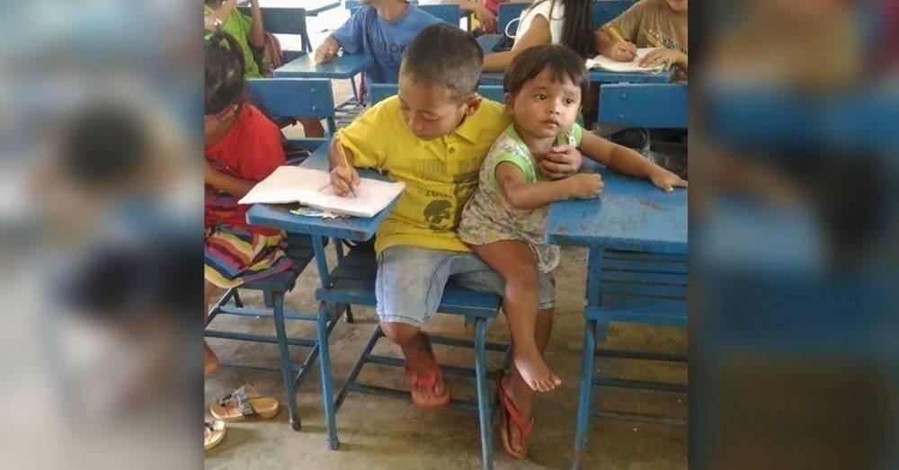 La imagen del niño filipino que llevó a su hermana de un año a clase conmue..