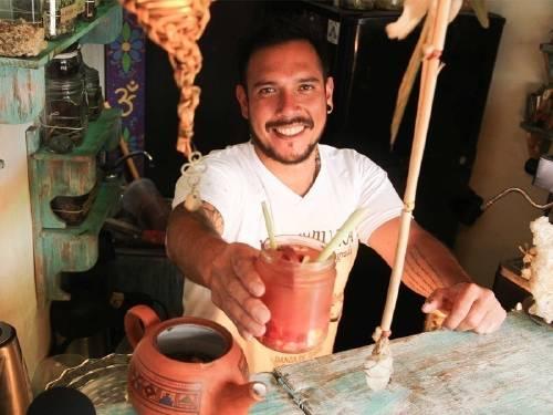 Este joven peruano creó un bar medicinal para sanar a las personas