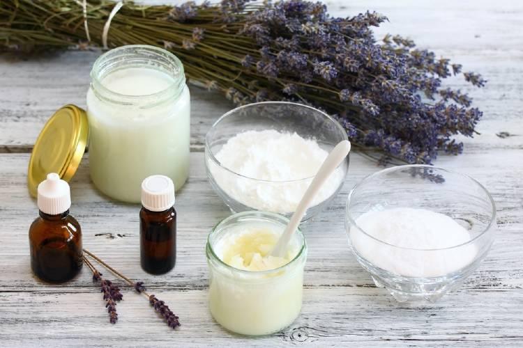 elementos de cosmética natural: aceite de coco y lavanda