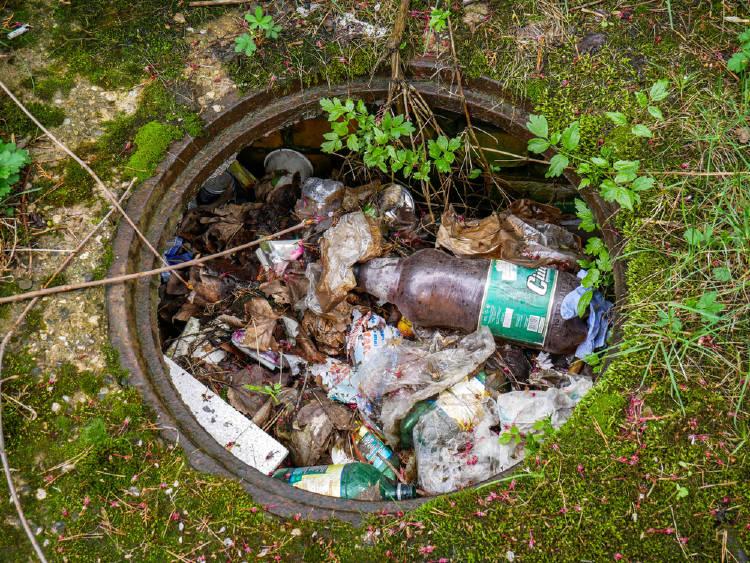 coladera con plastico contaminando la ciudad