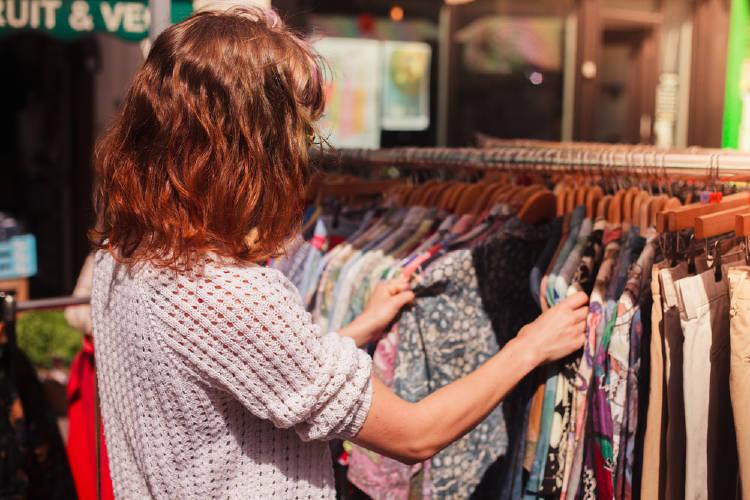 mujer compra ropa