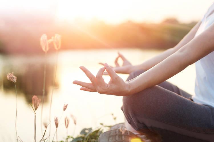 Una mujer meditando en la naturaleza