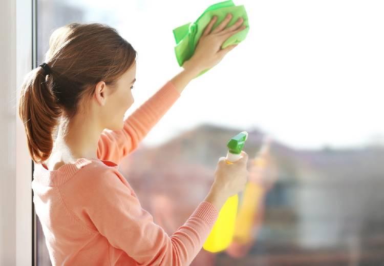 mujer limpia vidrios