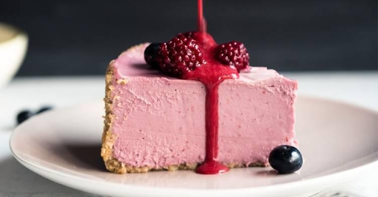 Torta raw de frambuesa, ideal para un postre delicioso sin prender el horno