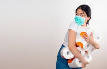 mujer compra muchos paquetes de papel higienico frente a la crisis del coronavirus